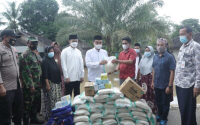 Bupati Tanbu Bawa Bantuan Untuk Warga Terdampak Banjir Di Kusan Hulu.